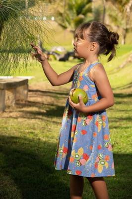 Vestido infantil com estampa de frutas
